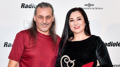 Dionisio Martín y  María de los Ángeles Muñoz, Camela, en octubre de 2019 en Sevilla, en los premios Radiolé.