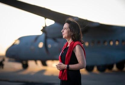 La ministra de Defensa, Margarita Robles, este viernes en la base aérea de Torrejón de Ardoz.