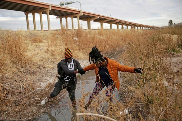Two people cross the Rio Grande from Ciudad Juárez to El Paso (Texas).
