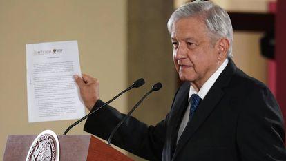 López Obrador presenta la carta en la que asegura que no va a reelegirse.