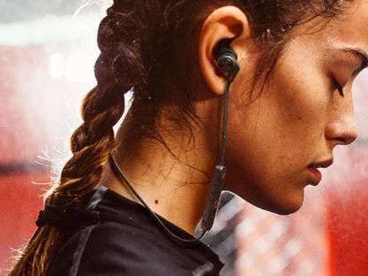 Auriculares con cables deportivos de la marca Creative Outlier ONE Plus.