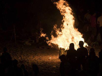 Hoguera en la playa de Riazor (A Coruña) durante la noche de San Juan.