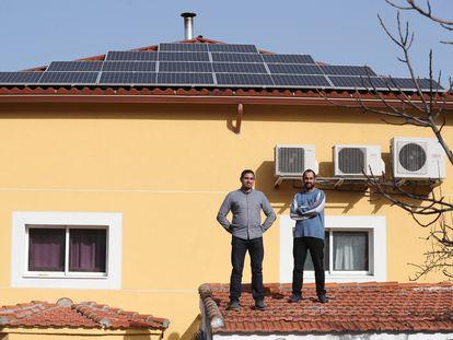 Ángel Abraham (izquierda) y su hermano Abraham, con las placas de energía solar que han instalado en su casa de Pozuelo, en Madrid.