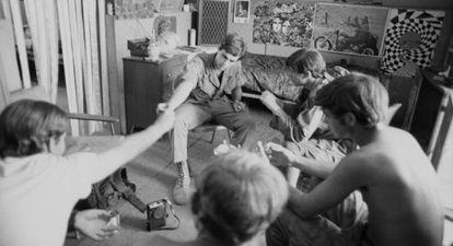 Soldados estadounidensese fuman marihuana en su campamento en la provincia de Quang Tri, durante la guerra del Vietnam.