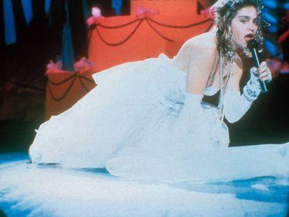 Madonna en la legendaria actuación en los MTV VMA en 1984, cuando cantó 'Like a virgin' vestida de novia y arrastrándose por el escenario