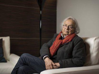 El escritor sirio Adonis posa en Casa Árabe, en Madrid.