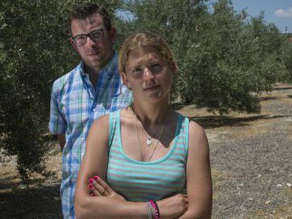 Vicente Jesús Martínez y su hermana María José, en su olivar de Baeza.