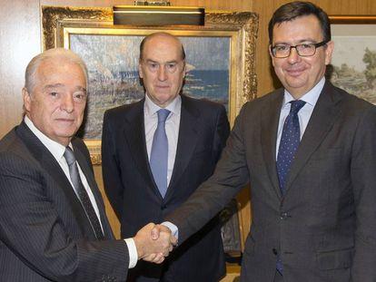 Carlos Martínez Echavarría, primero por la izquierda, junto a Florencio Lasaga y el exministro Román Escolano.
