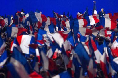 Banderas francesas durante un mitin de Nicolas Sarkozy.