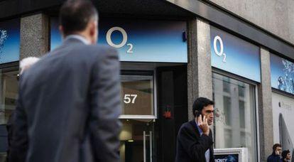 Una tienda de O2 en Londres. / SIMON DAWSON (BLOOMBERG)