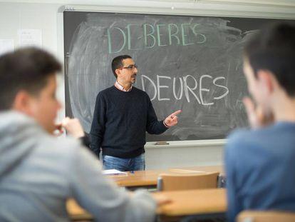 Alumnos en el IES Bovalar de Castellón con el director del centro Antonio Solano.