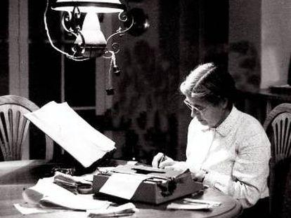 María Moliner trabajando en su diccionario en una imagen sin datar.