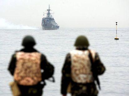 Marines ucranianos miran a la flota rusa en la bahía de Sevastopol, en 2014