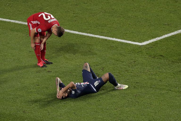 Neymar, en el suelo, junto a Kimmich.