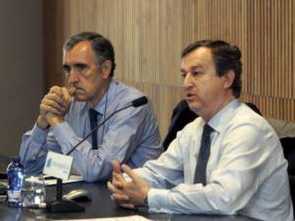 El presidente de Novagalicia Banco, José María Castellano (i), y el consejero delegado, César Bueno, en Santiago de Compostela.
