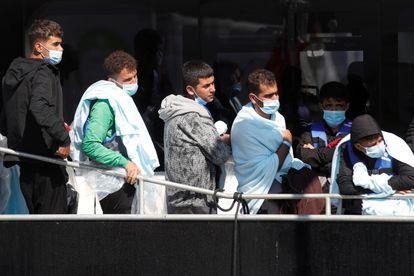 Inmigrantes rescatados en el canal de la Mancha llegan al puerto de Dover este miércoles