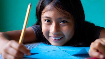 Raiza de 11 años, dejó de atender presencialmente al colegio desde que fue cerrado a mediados de marzo, en Ecuador.