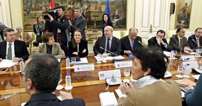 José Ignacio Wert (el cuarto por la izquierda) preside la reunión con los consejeros autonómicos de Educación.
