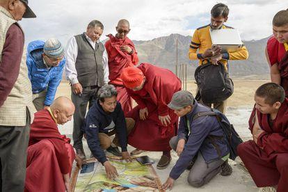 Sonam Wangchuk y su equipo supervisa la instalación de una de sus estupas de hielo artificiales. ©Rolex