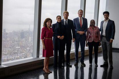 El príncipe Enrique y Meghan Markle en el One World Trade Center junto a la gobernadora de Nueva York, Kathy Hochul (izquierda). el alcalde Bill de Blasio, su esposa, Chirlane McCray, y su hijo, Dante de Blasio, el 23 de septiembre en Nueva York.