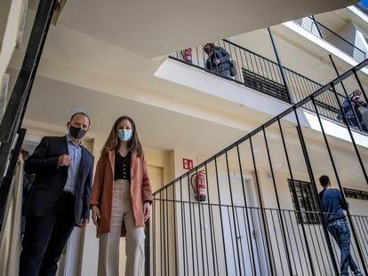 Rubén Martínez Dalmau, con la ministra Ione Belarra, en una visita hecha hace unos meses a una promoción de viviendas en Valencia.