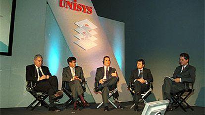 Participantes en el debate sobre informática y empresa organizado el pasado martes en Madrid por Unisys.