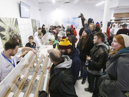 Clientes ante un mostrador de una tienda de cannabis en Winnipeg, Manitoba (Canadá), este miércoles.