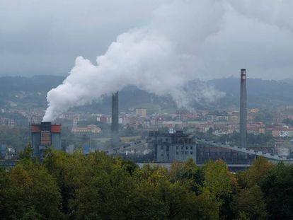Vista de la siderúrgica Arcelor Mittal, en Avilés (Asturias), desde el alto de Valliniello.