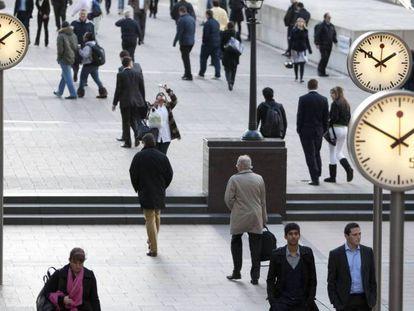 Peatones, en la Reuters Plaza de Londres. / En vídeo: las declaraciones de los europarlamentarios, Sean Kelly, Werner Langen, James Nicholson y la europarlamentaria Joelle Melin.
