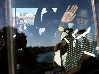 Varios menores del 'Open Arms' que han desembarcado este sábado, en una furgoneta de camino al centro de acogida. En vídeo, el desembarco.