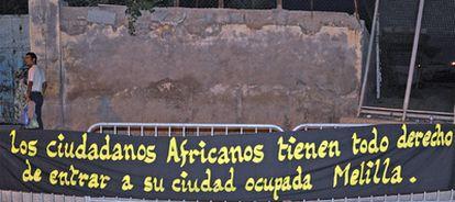 Uno de los carteles colocados por asociaciones de la sociedad civil marroquí en Beni Enzar, en la frontera de Marruecos con Melilla.