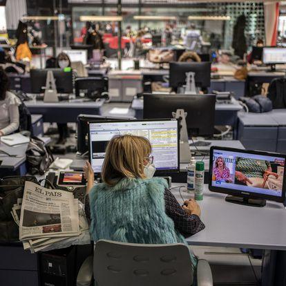 DVD 1040 (12-02-21)Telemadrid.Lourdes Maldonado, presentadora de Telenoticias 1, los informativos del mediodia, en la readaccion de la cadena. Foto: Olmo Calvo