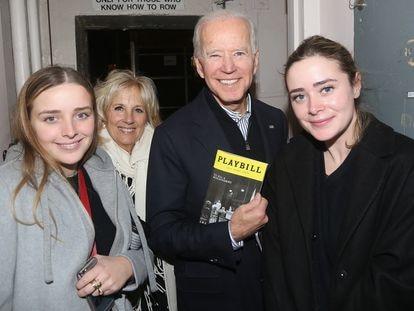 Joe Biden, su esposa Jill y sus nietas Finnegan y Naomi, tras una representación de 'Matar a un ruiseñor' en Broadway, en diciembre de 2019.