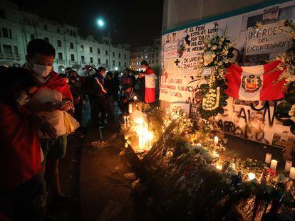 Ciudadanos rinden homenaje en Lima, Perú, a los estudiantes universitarios fallecidos durante las protestas el pasado 14 de noviembre por disparos de la policía.