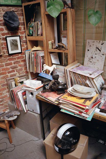 En un rincón de su casa estudio se amontonan viejos vinilos y otros recuerdos.