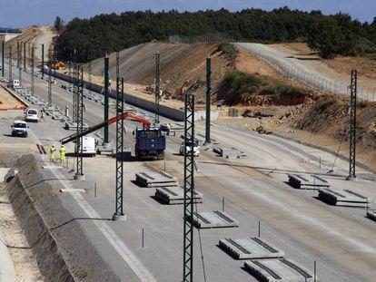 Obras del tramo ferroviario de alta velocidad Madrid-Galicia, entre Zamora y Sanabria, el pasado septiembre.