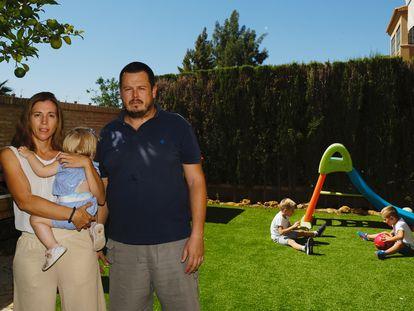 Luis Ocaña y Almudena Millán, en su casa con sus tres hijos.