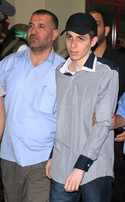 Yabari, con el prisionero Shalit en octubre de 2011 antes de canjearlo por un millar de palestinos presos.