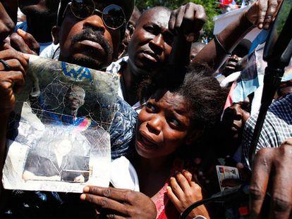 Seguidores del expresidente haitiano Jean Bertrand Aristide esperan su llegada en su casa de Puerto Príncipe.
