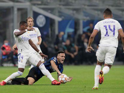 Alaba y Lautaro luchan por un balón ante las miradas de Casemiro y Modric.