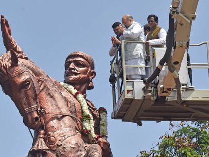El presidente del partido Bharatiya Janata, Amit Shah, hace una ofrenda a una estatua del rey hindú Shivaji en Dadar (Bombay) en 2017.