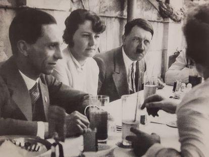 Geli Raubal, sentada entre Goebbels y Hitler en una reunión en Múnich reseñada en la prensa local.