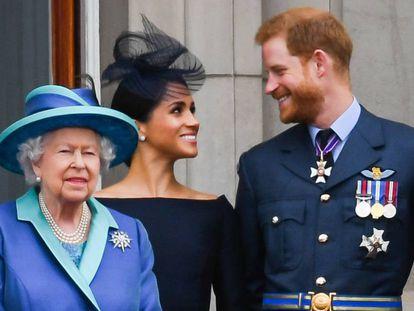 La reina Isabel II, con Meghan Markle y el príncipe Enrique, en julio pasado.