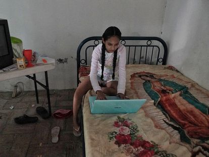 Una adolescente de 15 años estudia en su casa durante la pandemia en México.