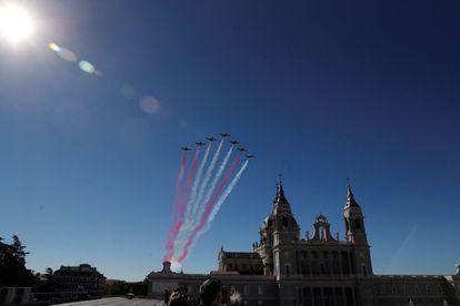 Aviones de la Patrulla Águila, la unidad acrobática del Ejército del Aire, sobrevuelan el palacio Real de Madrid.