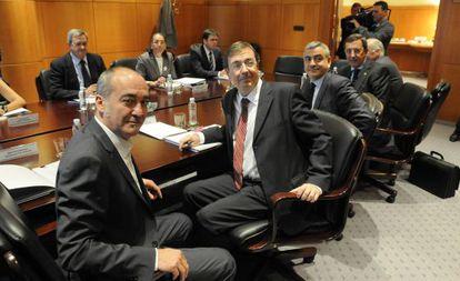 De izquierda a derecha, el diputado general de Gipuzkoa, Martín Garitano; el diputado de Hacienda alavés, y los mandatarios alavés, Javier de Andrés, y vizcaíno, José Luis Bilbao, en la última reunión del Consejo Vasco de Finanzas.