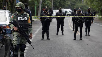 Un soldado, tras el atentado al jefe de la policía de Ciudad de México, Omar García Harfuch.