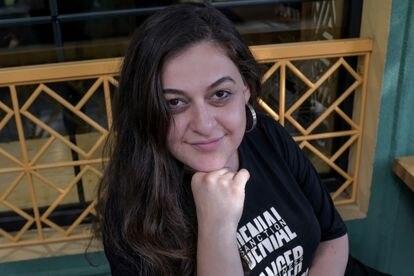 Rosalía Shahbekyán estudió en Santiago de Compostela, como millones de armenios creció fuera de su país. En la imagen, en una cafetería del centro de Ereván este viernes.