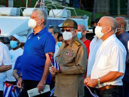 El presidente de Cuba, Miguel Díaz-Canel (izquierda), y Raúl Castro participan en un acto de apoyo a la revolución, este sábado en La Habana.