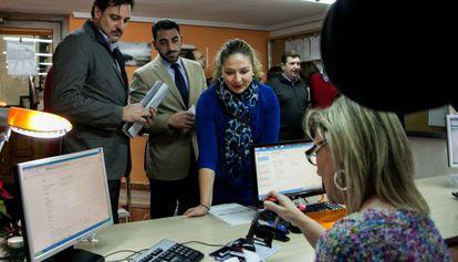 Pepa Ferrando, en el centro, presenta la moción de censura en el registro del Ayuntamiento de Orihuela.